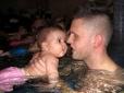 Gyenes Dávid gyermeke is a Stilianosban tanul úszni