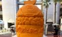 Burgert formáz a világ legnagyobb sajtszobra